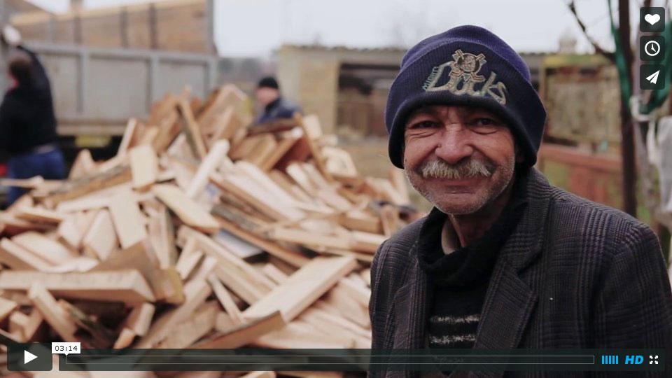 Joszéf is blij, met het ontvangen brandhout komt hij warm de winter door